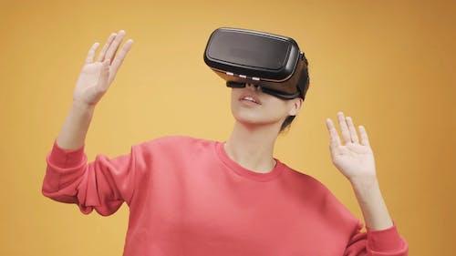 Kobieta Za Pomocą Wirtualnej Rzeczywistości