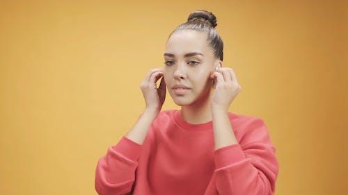 Seorang Wanita Mendengarkan Musik