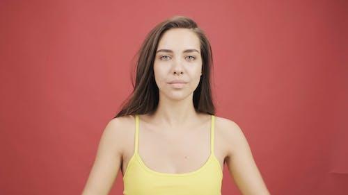 Seorang Wanita Dengan Atasan Kuning Membungkus Sweatshirt Kuning Di Bahu