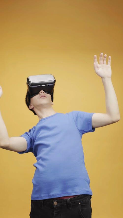 Mężczyzna W Niebieskiej Koszuli Za Pomocą Wirtualnej Rzeczywistości