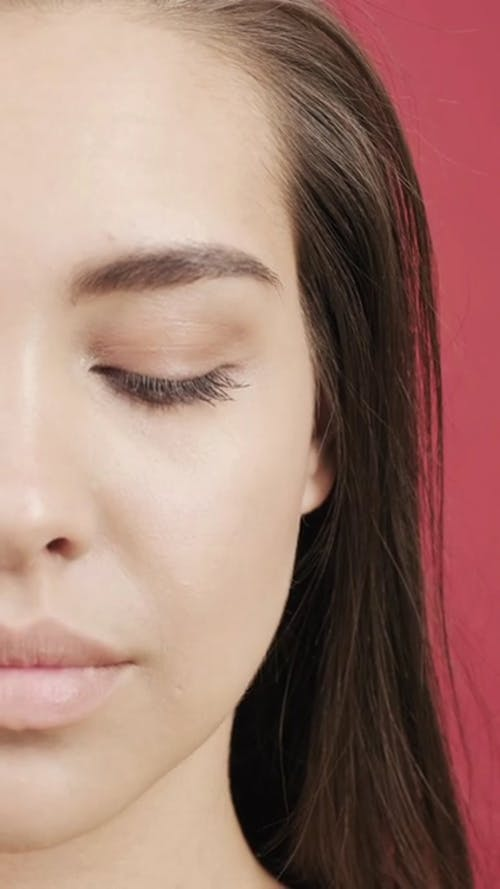 Close Up Cuplikan Seorang Wanita Membuka Matanya