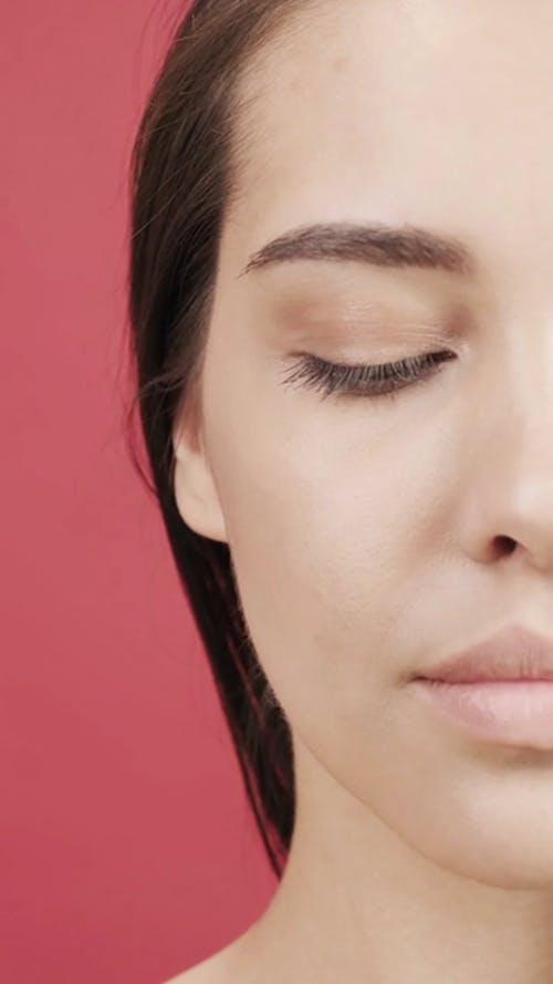 Hal Wajah Seorang Wanita Mengangkat Alis Mata Kanannya