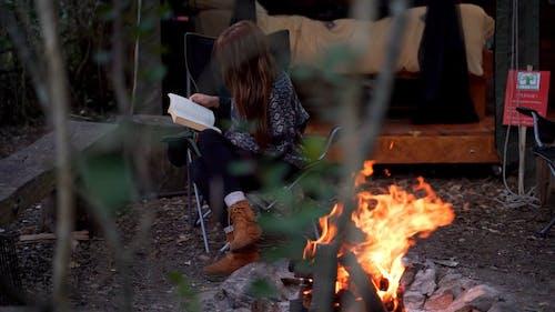 Den Tag In Einer Waldhütte Entspannen