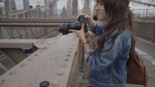Uma Fotógrafa Tirando Fotos No Topo De Uma Ponte De Aço