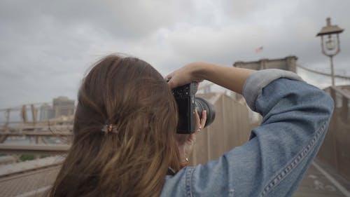 Ein Fotograf, Der Fotos Von Einer Brücke Unter Verwendung Einer Modernen Kamera Macht