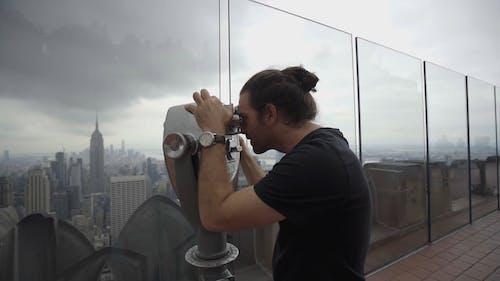 男人正在寻找一个美景