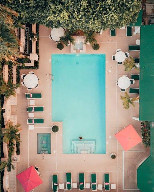 Покадровое видео человека, плавающего в бассейне