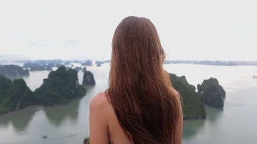 Filmmaterial Einer Frau, Die Die Insel Ansicht Prüft