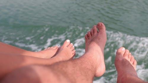 đôi Chân Treo Trên Thuyền đi Trên Biển