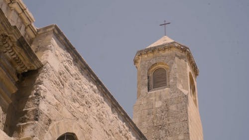 교회 탑의 낮은 각도보기