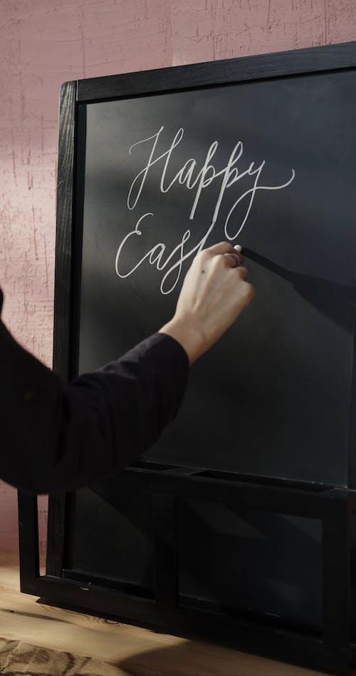 """De Groeten Van """"Happy Easter"""" Op Een Schoolbord Schrijven"""