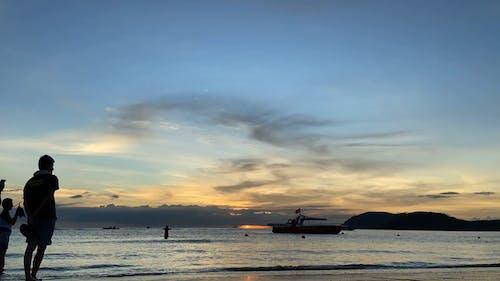 人与船在时间流逝中海与人的画面