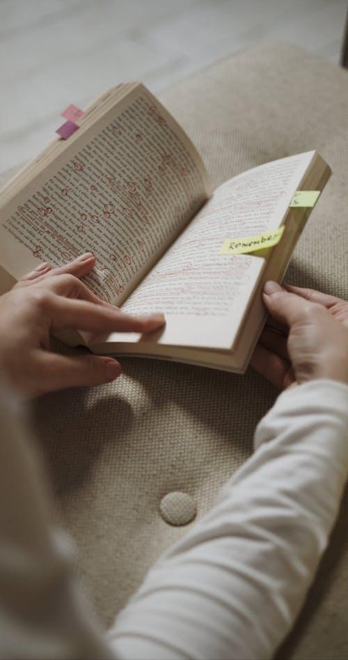 纸棒用作书签来记住页面
