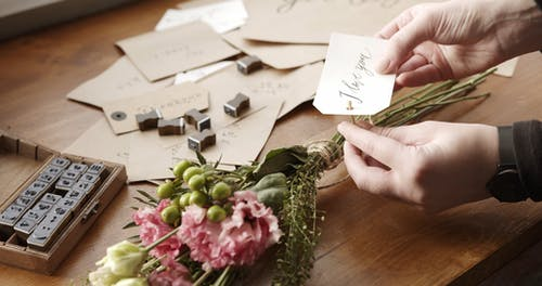 """Tagging A Bouquet Of Flower With """"I Love You""""  Message Card"""