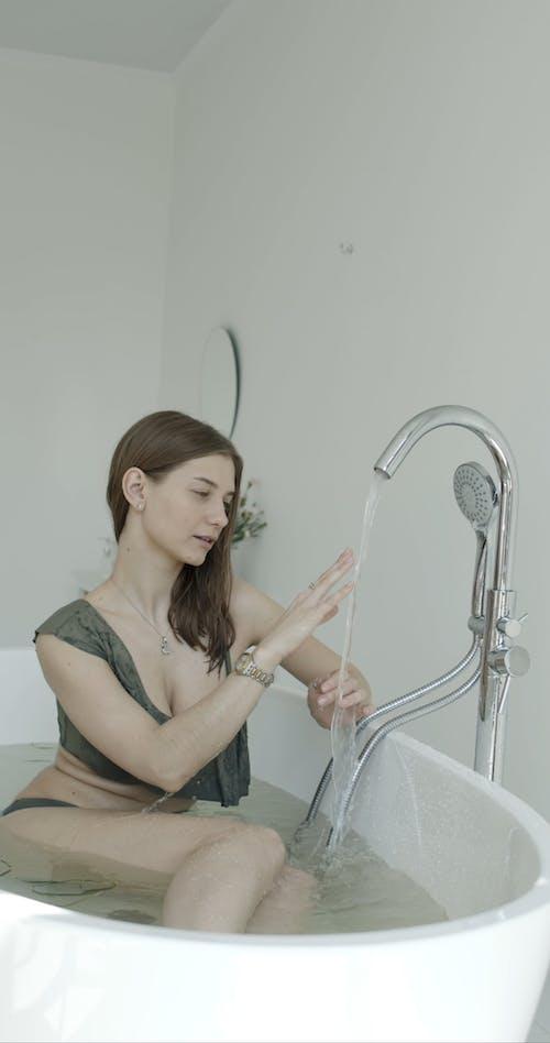 Video Of Woman In Bathtub