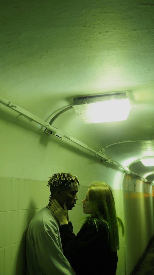 Una Coppia Coccole Nel Corridoio Sottopassaggio