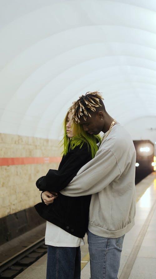 Una Coppia In Un Abbraccio Da Orso In Attesa Sulla Piattaforma Della Metropolitana