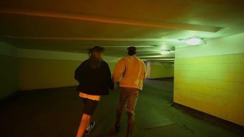 Ein Paar, Das Im Unterirdischen Korridor Läuft Und Zum Küssen Anhält