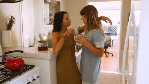 Ein Frauenpaar, Das Tee In Der Küche Hat