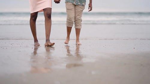 一对情侣在沙滩上散步