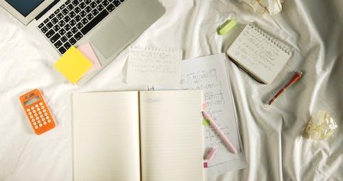 Arrancando La Página Del Cuaderno