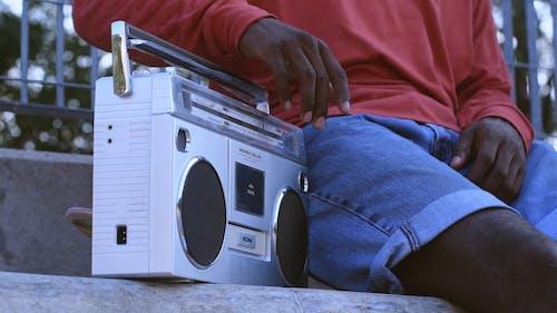 Kaset çalar çalan Siyah Bir Kişi