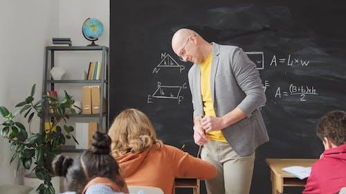 Nauczyciel Sprawdzający Pracę Swoich Uczniów