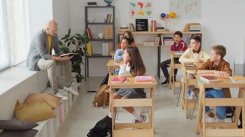 Nauczyciel Wygodnie Nauczający Swoich Uczniów