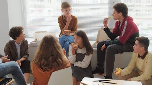 学生与老师交谈时吃披萨