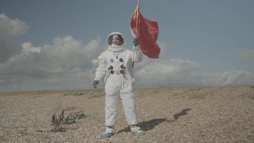 Astronaut Hält Eine Flagge