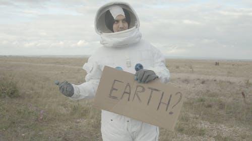 Per Anhalter Astronaut Hält Ein Zeichen