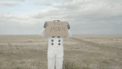 Astronaut Hält Ein Zeichen