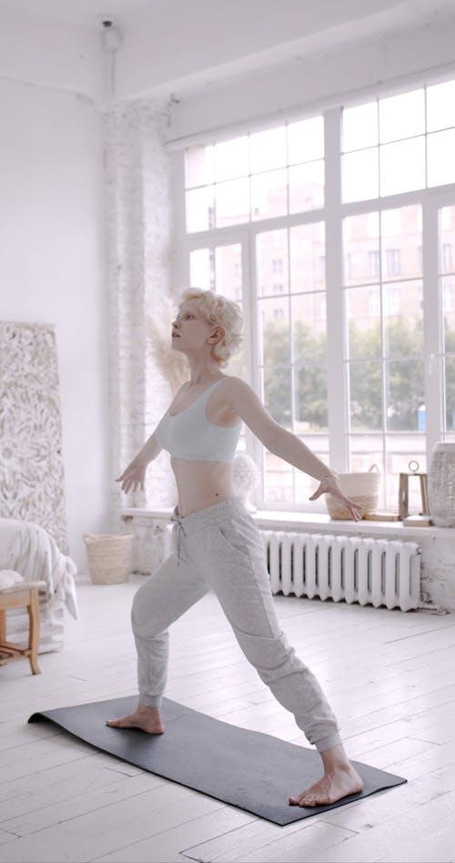 Een Vrouw Yoga Oefeningen Thuis