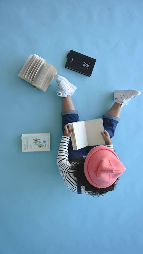 一个孩子坐在地板上看书