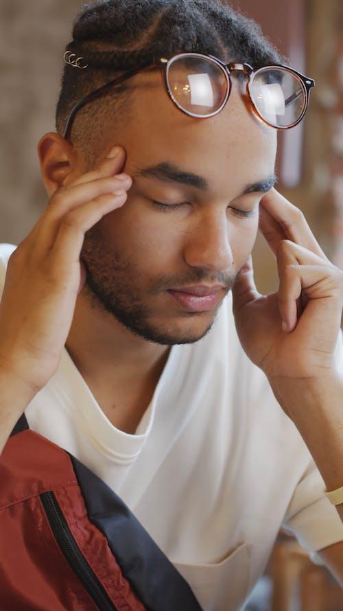 Seorang Pria Mengalami Sakit Kepala