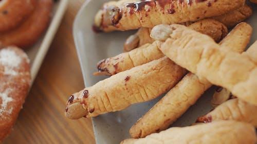 Un Plateau De Doigts Cuits à La Recherche De Cookies