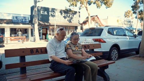 Una Coppia Di Anziani Leggendo Il Giornale