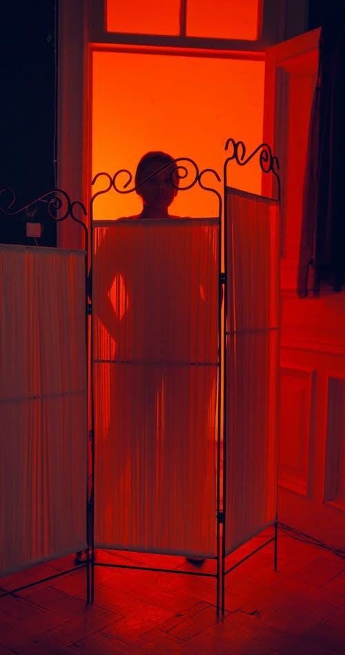 一个女人在红光背景下的剪影