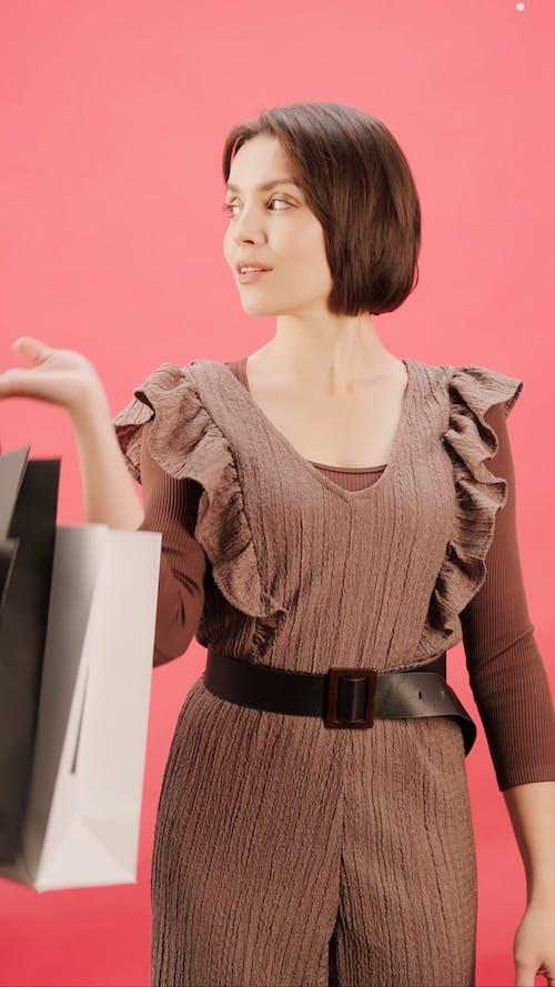 Женщина с сумками для покупок