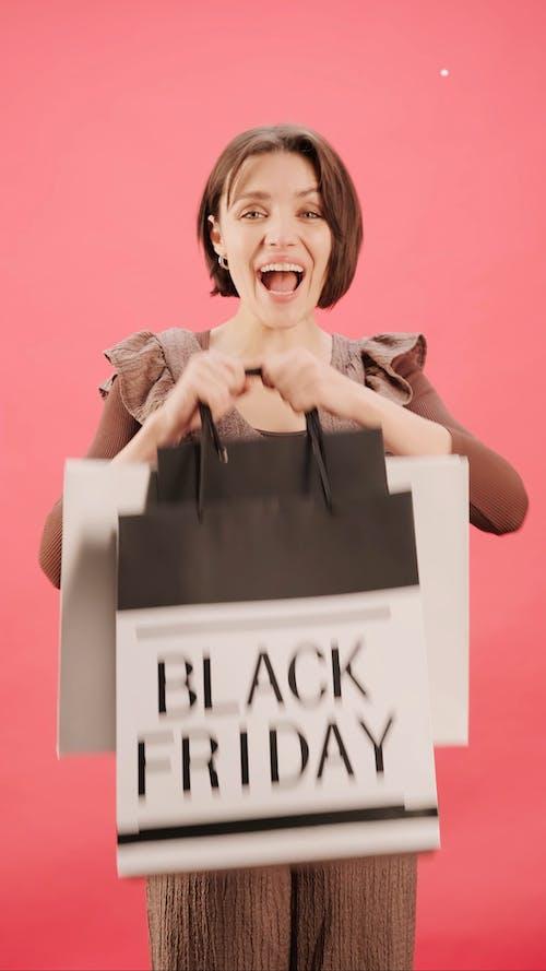 Удовольствие женщины от покупок в черную пятницу
