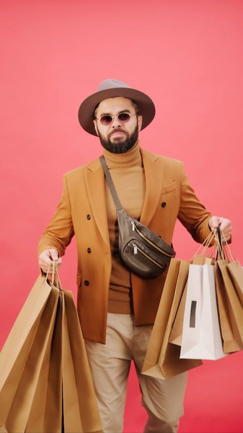 Alışveriş çılgınlığında Birçok Alışveriş çantası Tutan Bir Adam