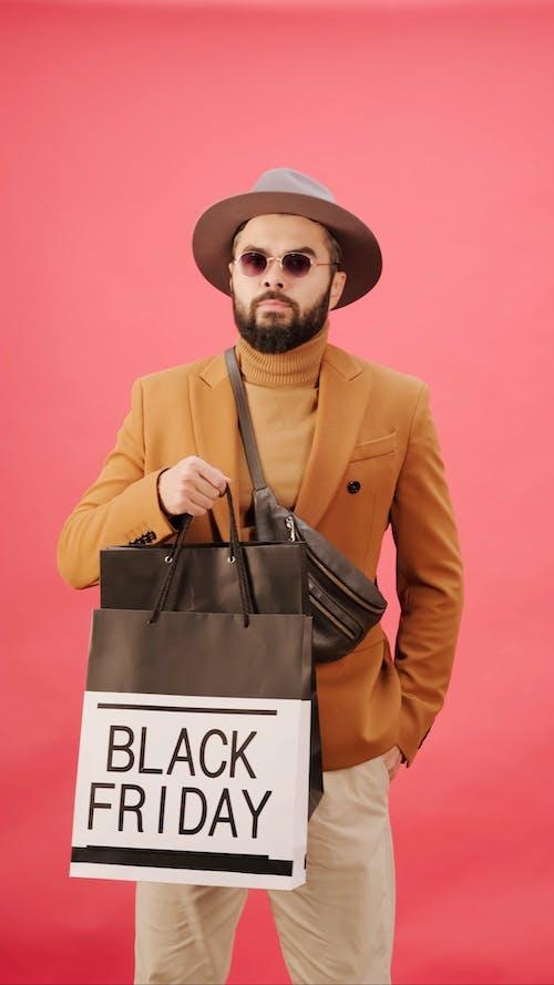 Kara Cuma'da Alışveriş Yapan Bir Adam