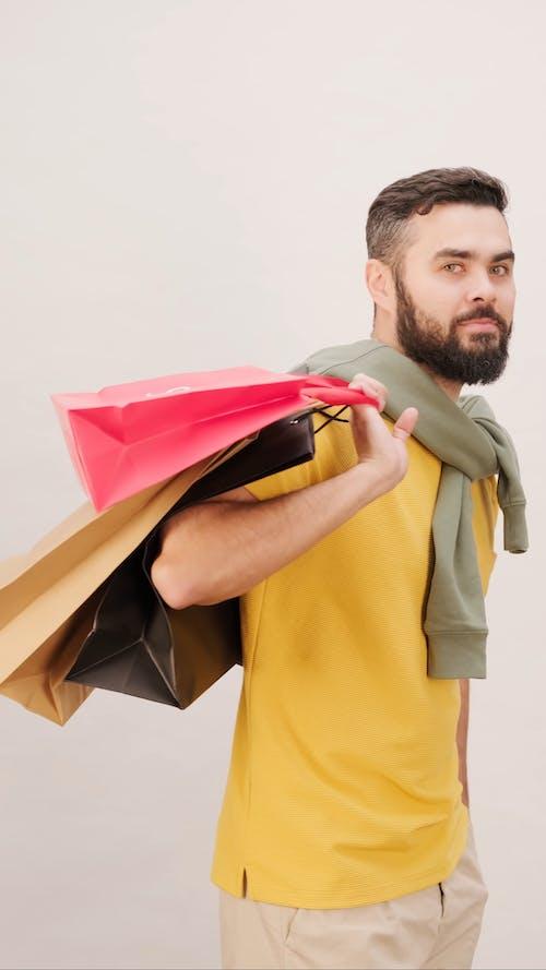Alışveriş Torbaları Taşıyan Adam