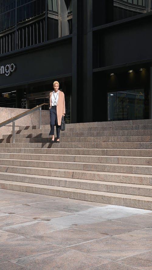 Женщина спускается по лестнице