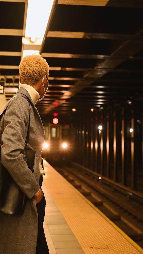 Frau Stehend Und Wartend Auf U Bahn Plattform