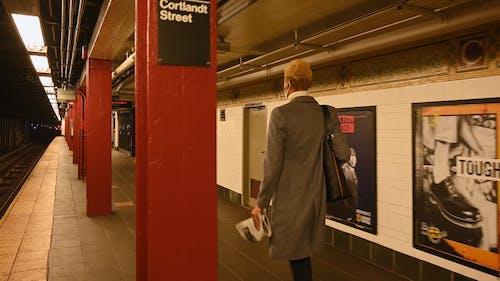 Frau, Die Innerhalb Der U Bahnstation Geht