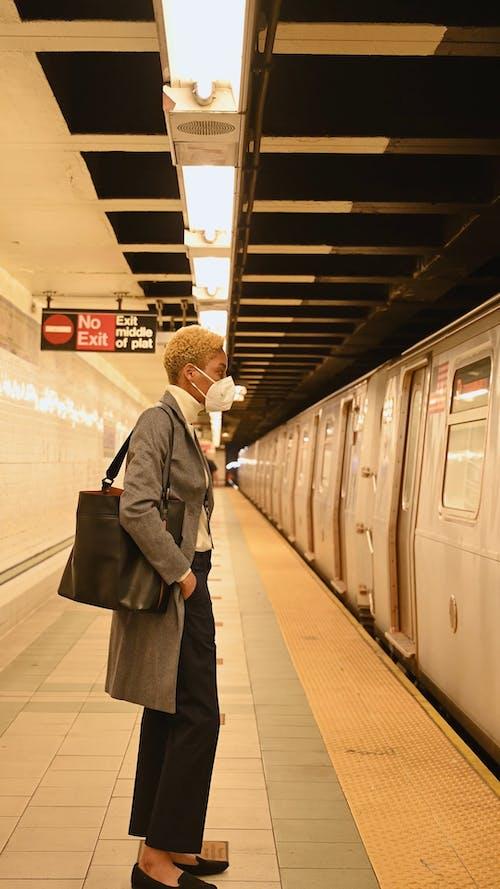 Frau, Die In Den Zug Einsteigt