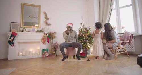 Vater, Der Einen Spielzeugroboter Als Weihnachtsgeschenk Gibt