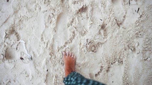 Kostenloses Stock Foto zu am strand, barfuß, beine