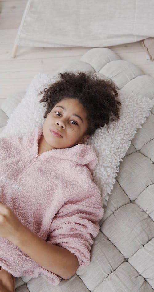 Een Meisje Dat Een Roze Gezichtsmasker Opzet